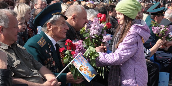 Veteran_receives_flowers