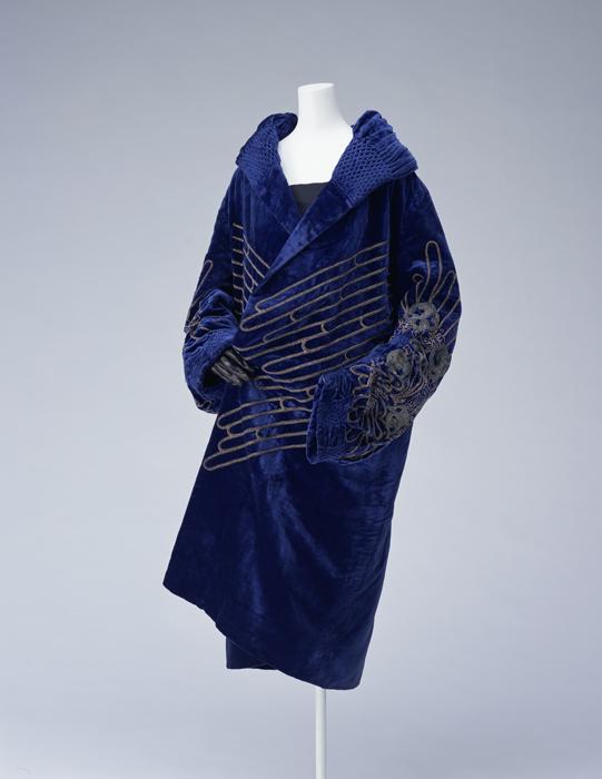 Пальто Модельер – Поль Пуаре Франция (?), около 1925 г. Шелковый бархат, золотная нить, бисер; ткачество, вышивка. Коллекция Института костюма Киото. Фото © Такаси Хатакэяма